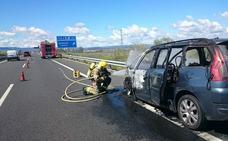Sale ardiendo un coche en la A5 a la altura de Navalmoral de la Mata