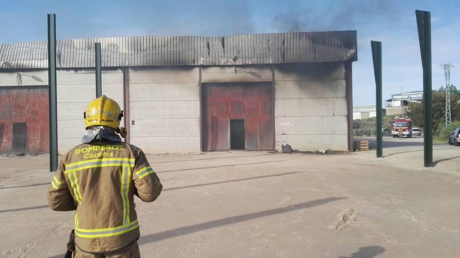 Un incendio destroza una nave de carcasas de móviles en Jaraíz