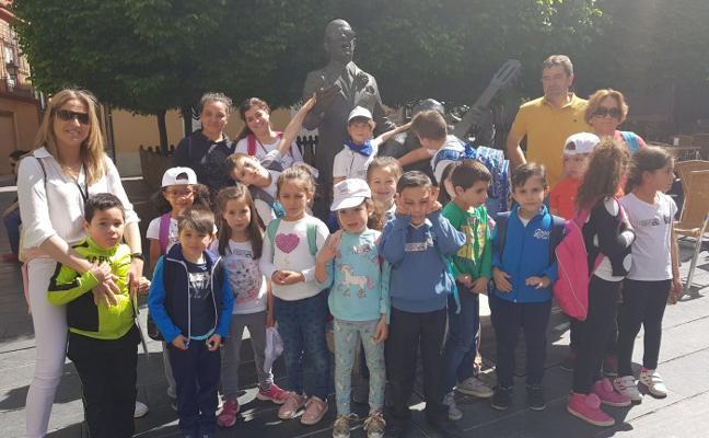El colegio de San Roque edita 3.000 guías con todas las esculturas de Badajoz