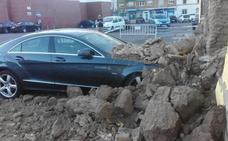 El viento derriba una de las paredes de la sede del PSOE de Don Benito y daña un coche