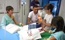 Rubén Tanco visita a los niños de Oncología del Materno Infantil