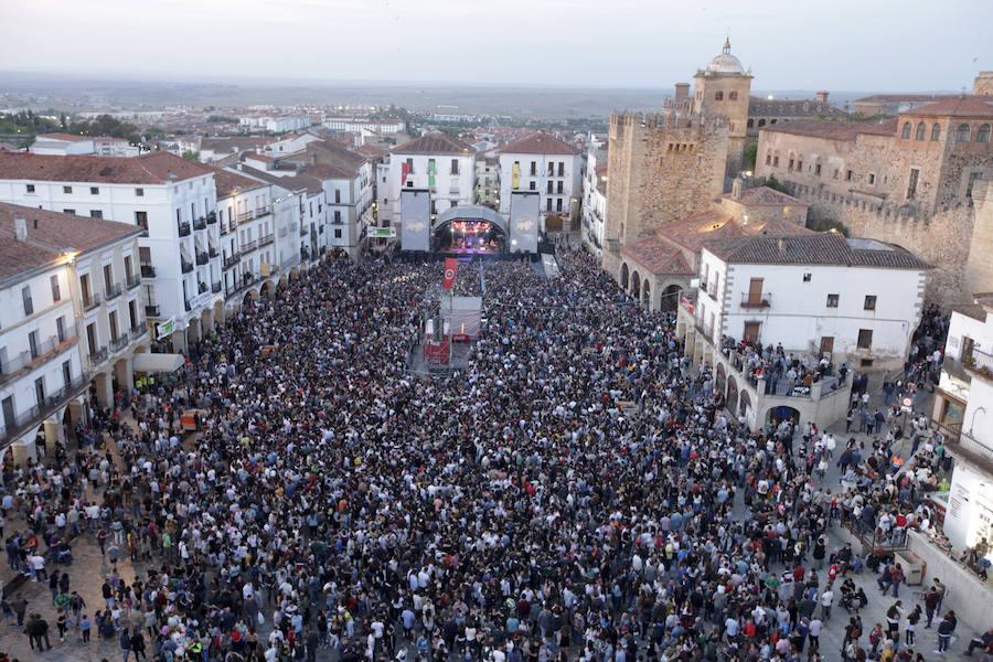 Miles de personas llenan la Plaza Mayor el viernes de Womad