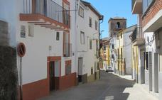 El bebé que cayó desde un balcón en Jaraíz de la Vera evoluciona favorablemente aunque sigue en la UCI
