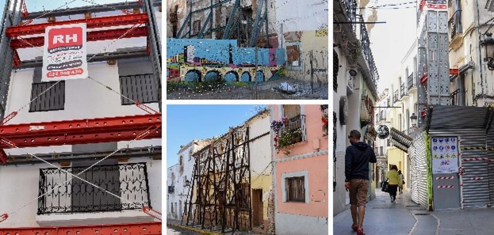 El Casco Antiguo de Badajoz, un barrio sujeto por los andamios