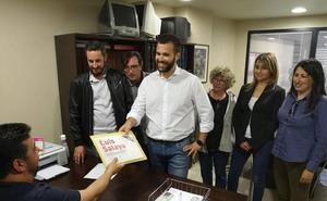 Luis Salaya entrega sus avales «convencido» de que será el candidato en Cáceres en 2019