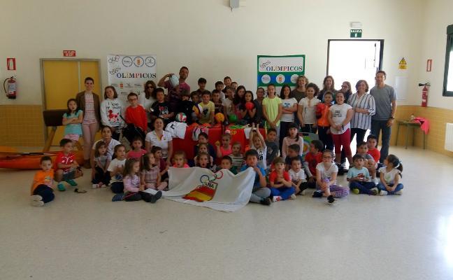 Dos olímpicas con alumnos de Torrecillas