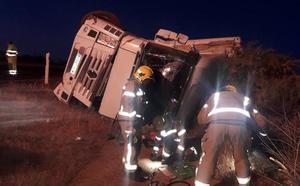 Un hombre de 37 años resulta herido en el vuelco de un camión en Alcuéscar