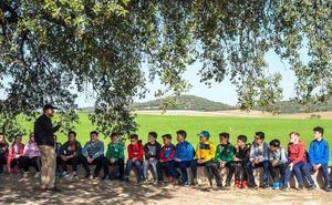 Alumnos de cuatro poblaciones han plantado alcornoques y encinas en la finca del Revellao