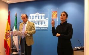 Reclaman intérpretes de lengua de signos en los actos públicos en Cáceres