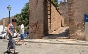 Nuevo impulso para la restauración de la barbacana de la Alcazaba y la puerta del Capitel
