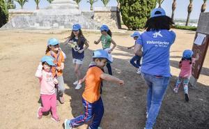 Voluntarios celebran una jornada festiva con 160 niños en situación vulnerable