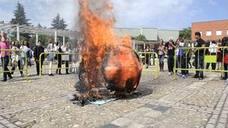 El IES Pedro de Valdivia cumple con la tradición de quemar la calabaza