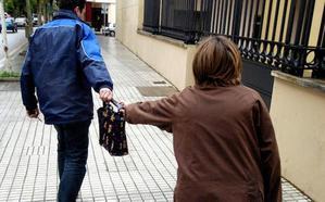 Se rompe la cadera al sufrir un robo con tirón paseando con su nieta en Almendralejo