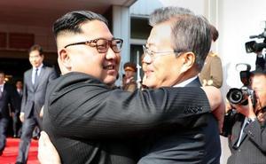 Los líderes de las dos Coreas se ven en secreto y por sorpresa para tratar la cumbre con Trump