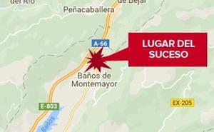 Sufre un accidente de tráfico y al salir del coche cae por un barranco cerca de Baños de Montemayor