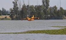 La exhibición de hidroaviones con público en el azud de la Granadilla de Badajoz