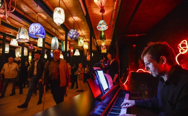 El teatro López de Ayala se llena de artistas y música para recordar su reapertura