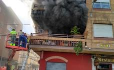 Atienden a un hombre de 83 años en un aparatoso incendio en una vivienda de Don Benito