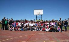 Los escolares del colegio Ntra. Sra. de los Dolores dieron una cálida bienvenida al Cáceres Basket
