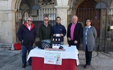 Entrega del premio al afortunado ganador del sorteo de papeletas de la Cofradía Virgen de la Luz