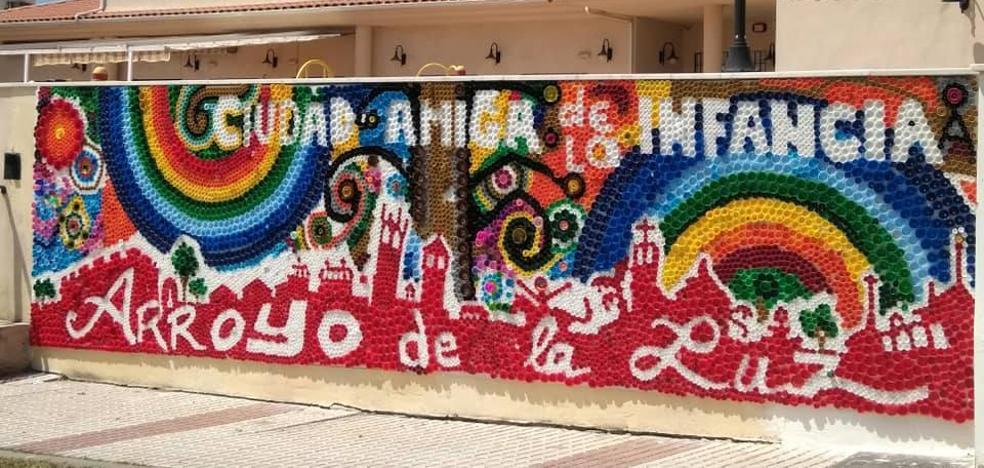 Un colorido mural de tapones decora el exterior del Territorio Joven