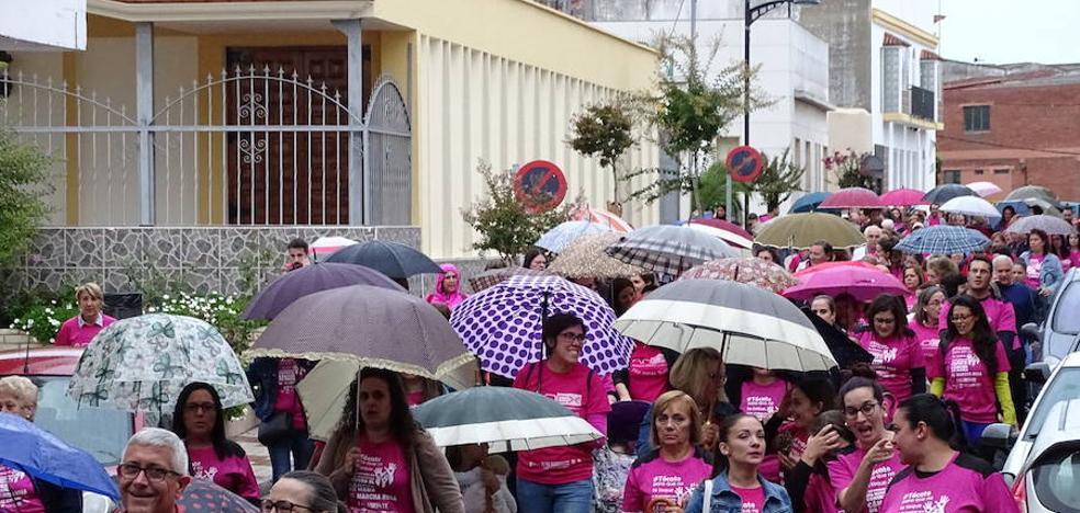 La marcha rosa congrega a 600 personas, a pesar de la lluvia
