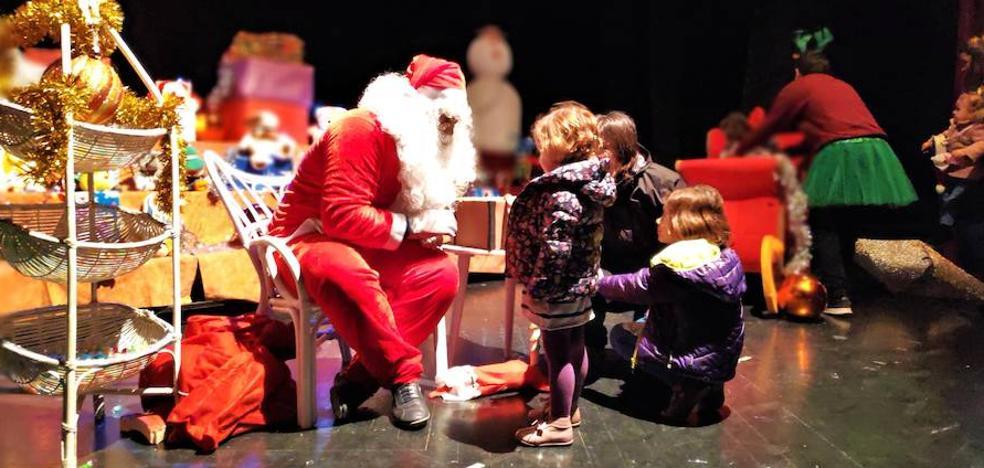 Papá Noel recoge las cartas para repartir ilusión en Navidad