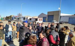 Una veintena de vecinos calamonteños inician recogida de firmas por cortes de luz
