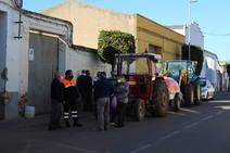 Agricultores y vecinos desinfectan las calles del pueblo