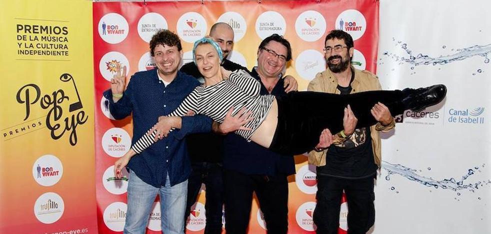 Javier Escudero recibe uno de los premios Pop Eye al mejor artista extremeño