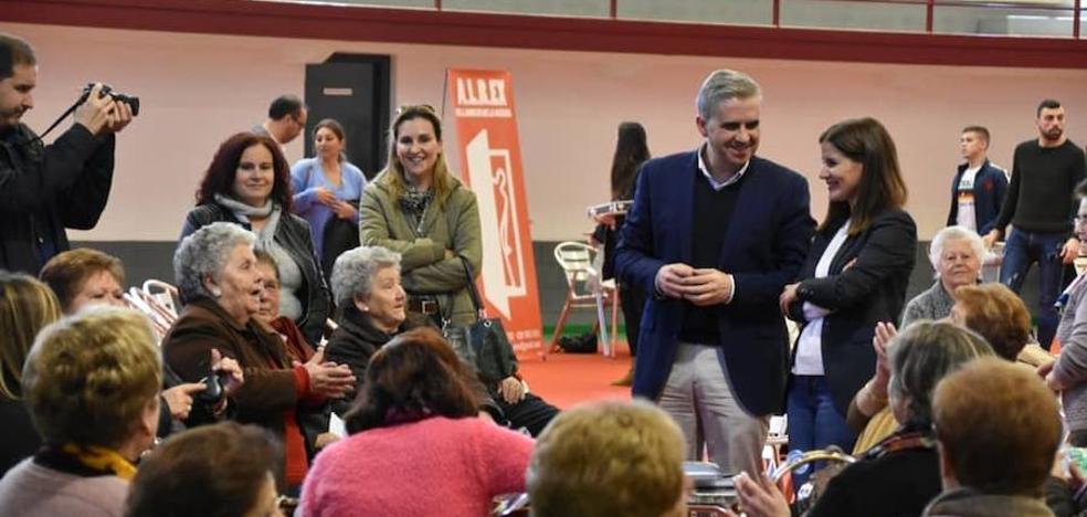 Gil Rosiña asiste a la convivencia con los mayores de Campanario