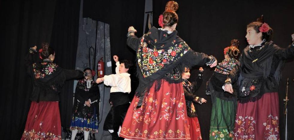 El festival de folclore inunda el teatro Olimpia de color y tradición