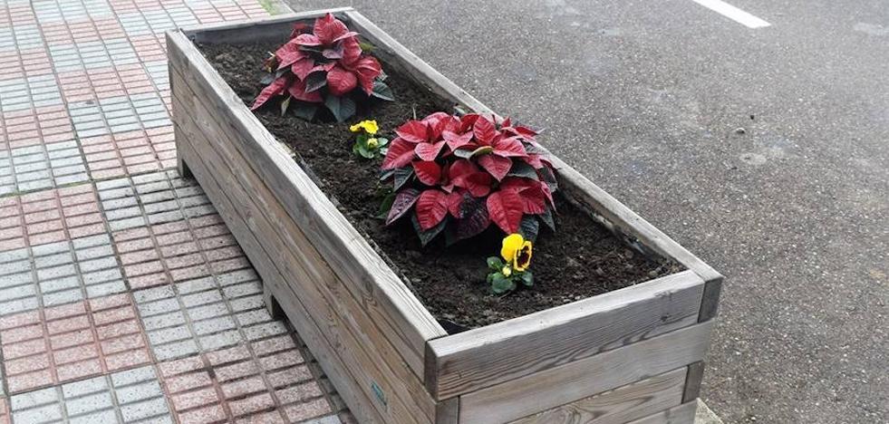 Flores de Pascua y pensamientos adornan las entradas al pueblo