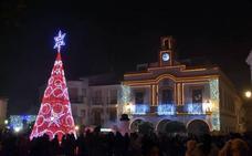 El gran árbol de la plaza vuelve a destacar en el alumbrado navideño
