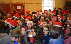 Los niños del colegio cantan villancicos en el centro de día y de noche