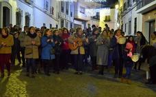Decenas de vecinos se echan a la calle a cantar villancicos