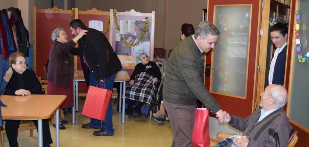 El alcalde visita a los mayores del centro de día y de los pisos tutelados