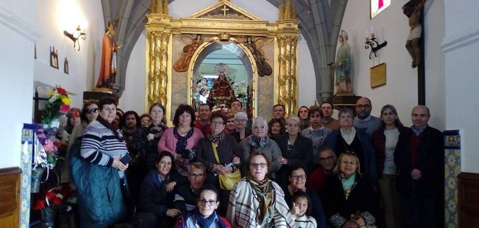 Una treintena de vecinos de Mérida peregrina a Piedraescrita