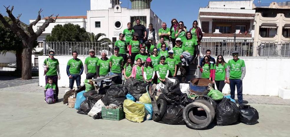 Cuarenta vecinos participan en la campaña de recogida de residuos de los caminos