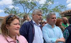 Valentín García y María Teresa Macías, candidatos del PSOE, estuvieron en la ermita