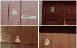 Viejas placas del Corazón de Jesús en las puertas de nuestros domicilios