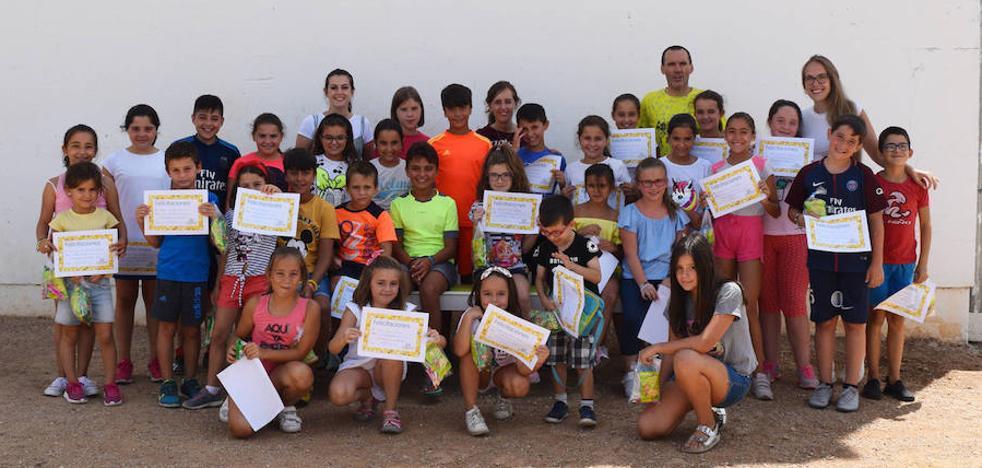 Medio centenar de niños disfrutan del campamento de verano