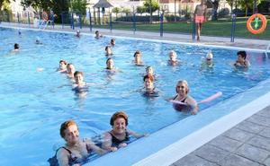 Las clases de natación en la piscina concluyen con unos 200 usuarios