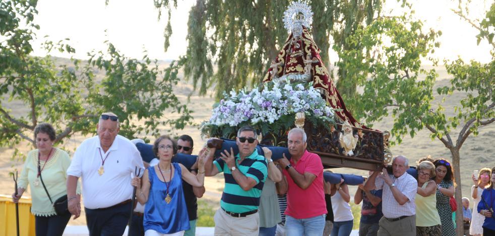 Cientos de vecinos asisten a la Misa del Emigrante en la ermita de Piedraescrita