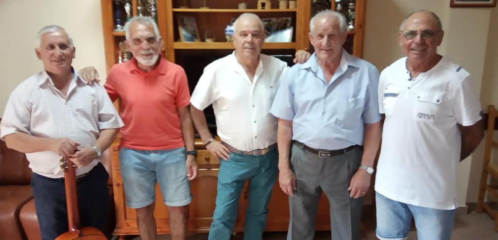 Un grupo de voluntarios ofrece una velada musical a los mayores