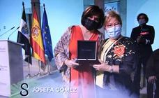 Ana Escudero recoge la Medalla de Extremadura en nombre de su madre, Josefita 'la comadrona'