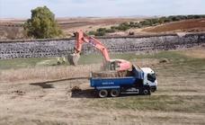 Los agricultores comienzan a disponer de los lodos extraídos de la presa del Paredón