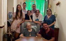 Josefita disfruta de su Medalla y de la compañía de su familia