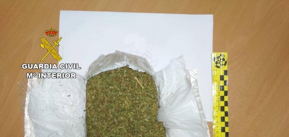 Detenido un joven por transportar casi medio kilo de marihuana