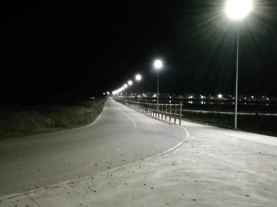 70 farolas iluminarán el carril bici y circuito de La Charca antes del fin de semana